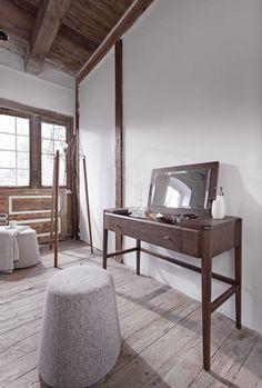 Sypialnia Joy jest zaprojektowana dla ludzi, których cieszą drobne detale i cenią przedmioty nacechowane indywidualnością. Do wykonania mebli użyty jest dąb, który cechuje trwałość i wyczuwalna w dotyku struktura. W rękach doświadczonego projektanta Jacka Mikołajczaka i doświadczonych stolarzy...