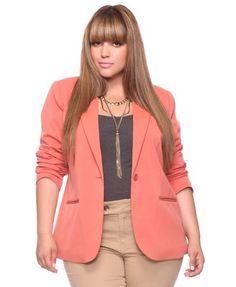 Pinkly smirking chocolette in salmon hiplength blazer, beltless beige trousers, charcoal chemisier Xl Mode, Mode Plus, Curvy Girl Fashion, Work Fashion, Plus Fashion, High Fashion, Fashion Women, Look Plus Size, Plus Size Women