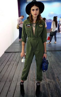 22 Ways to Wear Utility Jumpsuits 2019 FashionGumcom olive green military jumpsuit for woman - Woman Jumpsuits Fashion Week Nyc, Fashion 2017, New York Fashion, Look Fashion, Trendy Fashion, Fashion Ideas, Fashion Black, Spring Fashion, Vintage Fashion