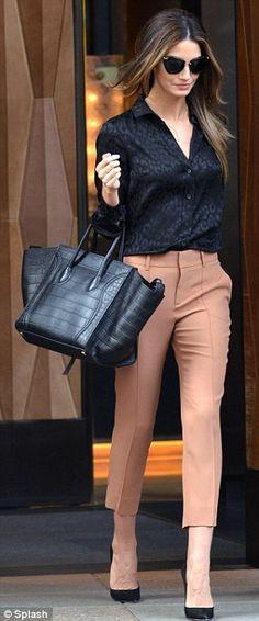 Calça nesse tom, cor e comprimento e blusa de cetim especial!