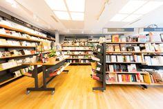 Choisissez l'agencement qui vous convient avec le mobilier de la gamme Mobibook. #librairie #dbcreations Bookstores, Photo Galleries, Lineup