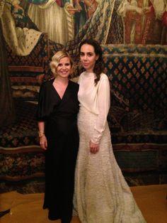 Rosa Esteva, diseñadora de Cortana, con Eugenia Martínez de Irujo, en la entrega de premios #PrixMarieClaire 2013. Eugenia lleva el vestido Mara largo, wrap dress de satén negro, de la colección de invierno de Cortana.