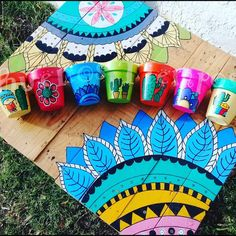 La imagen puede contener: exterior Flower Pot Art, Flower Pot Design, Foam Crafts, Diy Arts And Crafts, Diy Crafts, Painted Flower Pots, Painted Pots, Pots D'argile, Diy Plant Stand