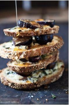 Surpreenda seus amigos e familiares com esse aperitivo fácil de fazer e delicioso: figo, gorgonzola e mel sobre uma...