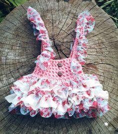 Salopete confeccionada em crochê em fio antialérgico  Detalhes Barbadinho de tecido  Cor rosa  Tamanhos 3 a 6/6 a 9/9 a 12 meses