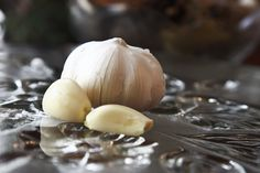 How to Roast Pre-Peeled Garlic Cloves: very easy. Use this recipe for Trader Joe's packages of peeled garlic cloves. Roasted Garlic Cloves, Baked Garlic, Garlic Recipes, Veggie Recipes, How To Cook Garlic, Aged Garlic Extract, Diet Patch, Low Fat Diet Plan, Garlic Uses
