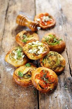 Small pizzas with veggies and herbs and spices… Savoury Cake, Savoury Dishes, Grilling Recipes, Cooking Recipes, Pizza Tarts, Small Pizza, Vegan Starters, Vegetarian Recipes, Healthy Recipes