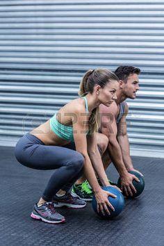 pareja muscular que hace ejercicio de pelota photo