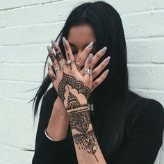 Uploaded by ➳. Find images and videos about fashion, nails and henna on We Heart It - the app to get lost in what you love. Henna Tattoo Hand, Henna Body Art, Henna Art, Body Art Tattoos, Cute Henna Designs, Mehndi Art Designs, Latest Mehndi Designs, Henna Tattoo Designs, Hand And Finger Tattoos