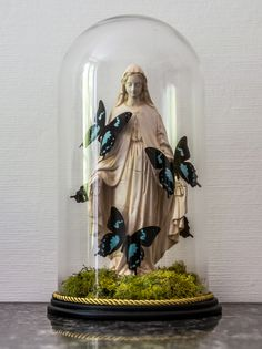 Spirituality mixed with nature. Goth Home Decor, Diy Home Decor, Cloche Decor, The Bell Jar, Bell Jars, Home Altar, Gothic House, Assemblage Art, Glass Domes