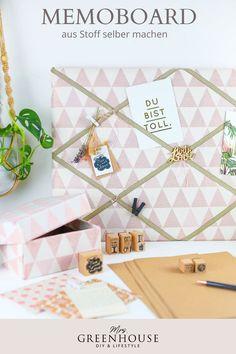 DIY Memoboard aus Stoff. Bastel dir deine individuelle Pinnwand einfach mit deinem Lieblingsstoff selber. Die komplette Anleitung findest du auf meinem Blog. Eine tolle Dekoidee für das Arbeitszimmer oder als Memowand im Flur. Aber auch als Geschenkidee einfach wundervoll! Memo Boards, Diy Greenhouse, Louis Vuitton Damier, Blog, Pattern, Inspiration, Accessories, Jewelry Making, Do It Yourself Ideas