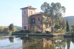La suggestiva casa rossa sulla #Laguna di #Levante - #Orbetello - #Maremma - #Tuscany - #Italy