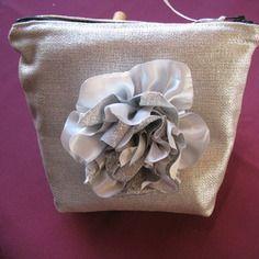 Trousse argentée grosse fleur amovible / entièrement doublée