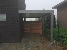 Moderne carport met houten poort | Metallooks