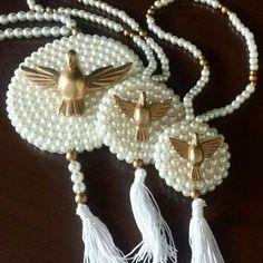 Medalhão Divino Espírito Santo decorado com pérolas