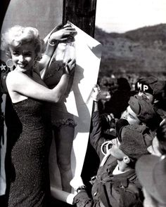Marilyn, the Pin-Up Girl Thrilling U. troops in Korea during her famous 1954 visit, Monroe autographs a full-size picture of herself in a polka-dot bikini. I just LOVE Marilyn! Marylin Monroe, Marilyn Monroe Fotos, Howard Hughes, Joe Dimaggio, Poses Photo, Vintage Bikini, Norma Jeane, Steve Mcqueen, Rare Photos