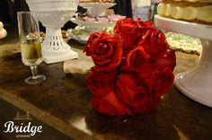 Buquê de rosas vermelhas para noiva clássica, feito pela equipe de decoração da Bridge Cerimonial