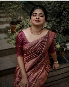 Check out some of the amazing outfit and jewellery ideas for South Indian minimalistic bride. South Indian Wedding Saree, Indian Bridal Sarees, Bridal Silk Saree, Indian Bridal Fashion, Indian Bridal Wear, Indian Beauty Saree, Saree Wedding, Punjabi Wedding, Indian Weddings