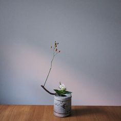 Container: Original container by Jeong Ilgun Materials: Wild rose and Gentian  花器 全日根創作花器 花材 野ばら、竜胆