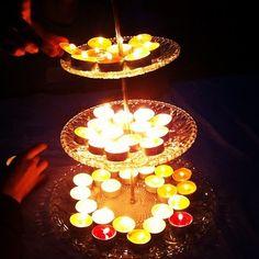 パーティにおすすめのお手軽アレンジ。 3段のケーキスタンドにたっぷりキャンドルを盛り付けるだけ。華やかな、キャンドルツリーの完成です。