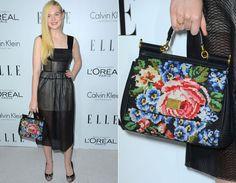Elle Fanning ficou ainda mais fofa com vestido pretinho ladylike da Calvin Klein e bolsa floral da Dolce & Gabbana!