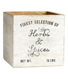 Kolla in det här! En antikbehandlad trälåda med tryckt text och tassar under. Den antika looken gör att utseendet kan variera något från låda till låda. Storlek 12x12x12 cm. - Besök hm.com för ännu fler favoriter.