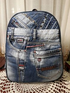 No tutorial but great inspiration Denim Handbags, Denim Tote Bags, Jeans Recycling, Mochila Jeans, Jean Backpack, Estilo Jeans, Denim Ideas, Denim Crafts, Old Jeans