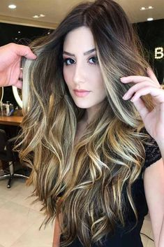 Balayage hair is suitable for light and dark hair, almost all lengths except very short haircuts. Today I want to show you the most gorgeous balayage hair dark color ideas. Balayage has become the biggest trend in recent seasons, and it's not over Long Layered Haircuts, Haircuts For Long Hair, Hairstyles Haircuts, Pretty Hairstyles, Brown Hair With Blonde Highlights, Balayage Highlights, Balayage Hair, Carmel Balayage, Honey Balayage