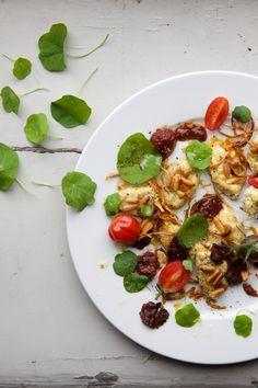 Gratinierte Ricottagnocchi mit confierten Tomaten, karamellisierten Zwiebeln und Kapuzinerkresse » Cucina Piccina