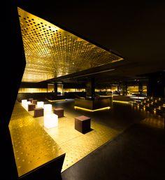 Золотистая отделка в дизайне клуба ресторана - Фото 5