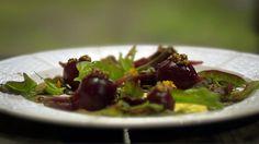 Hjemmelaget majones med meksikansk estragon. Rødbeter med syltede sennepsfrø. Tareq Taylor lager en enkel salat i Hygge i hagen.