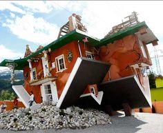 Irek Glowacki e Marek Rozhanski, architetti polacchi, hanno progettato e realizzato una casa a testa in giù. L'edificio, in cui si passeggia su quello che sembra essere il soffitto, è la nuova attrazione turistica della cittadina austriaca di Terfens, ed è visitiabile dal pubblico.