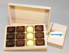 Exkluzivní bonboniéra s pralinkami /12 ks/ z belgické čokolády /bílá, mléčná, hořká/. Dřevěnou krabičku na přání doplníme firemní visačkou. Lze také aplikovat logo laserem. Rozměr: 167x105x30. Váha 130g. Bonboniéra patří mezi dobré nápady na dárky jako tip na celoroční firemní reklamní předmět.