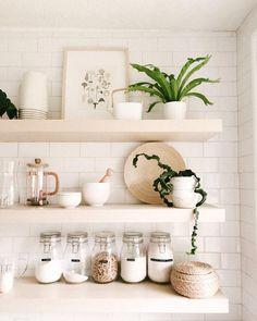 Idée de rangement dans la cuisine avec des planches murales en guise d'étagères // Hellø Blogzine blog deco & lifestyle www.hello-hello.fr