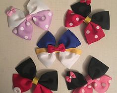Arcos del pelo de Disney School Hair Bows, Kids Hair Bows, Baby Hair Bows, Ribbon Hair Bows, Ribbon Flower, Fabric Flowers, Broches Disney, Disney Hair Bows, Minnie Mouse Hair Bow