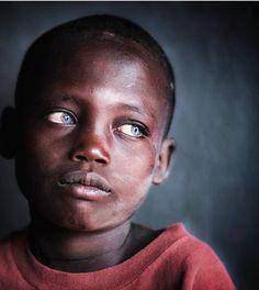 Les #rituels de magie #Vaudou Africaine pour un #RETOUR D'#AFFECTION, ou Retour de votre #EX rapide et Efficaces, Mon Contacte : (+229) 98165689/ Whatsapp : (00229) 98165689, E-mail : Maitre_Aze@yahoo.com - Pins : MaitreVaudouAze. Black And White Portraits, Black And White Pictures, Black And White Photography, Black Is Beautiful, Beautiful Eyes, Beautiful People, Portrait Art, Portrait Photography, Photographie Portrait Inspiration