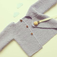 Newborn Knitting Patterns Baby coat in tricot cardigan by pontinhosmeus Baby Knitting Patterns, Baby Sweater Patterns, Baby Cardigan Knitting Pattern, Knitting For Kids, Baby Patterns, Free Knitting, Diy Crochet Cardigan, Crochet Baby Jacket, Knitted Baby Cardigan