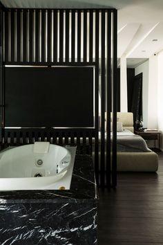 Decoração, decoração de apartamento, decoração moderna, decoração masculina, apartamento moderno, apartamento masculino, revestimento, quarto, quarto integrado, banheiro, banheiro integrado, banheiro preto, banheira.