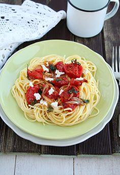 Espagueti con tomate y albahaca, acompañada con una suculenta salsa y queso parmesano http://cocinayvino.net/receta/principal/4958-espaguetis-con-tomate-y-albahaca.html