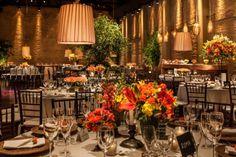É normal os noivos começarem a organização do casamento imaginando um tipo de decoração e durante o processo criativo, se identificarem melhor com outro estilo. Neste casamento, os noivos pediram u…