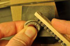 In laboratorio, modellando l'argento