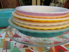 vintage Pyrex pie plates, I must find one! Vintage Kitchenware, Vintage Dishes, Vintage Glassware, Vintage Items, Vintage Pyrex, Vintage Bowls, Vintage Stuff, Pyrex Display, Kitchen Dishes