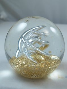 M Design Art Handcraft Clear Glassy Spiral Over Gold Surface Paperweight PW-724 [Kitchen]