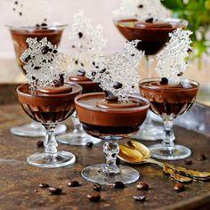 En dessert som är som en liten chokladpralin i glas.