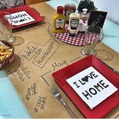 Muita criatividade nesta mesinha temática para a noite do hambúrguer!!!  #mesaencantadora #mesaposta #tableware #tabledecor #receberbem #portaguardanapo #guardanapo #sousplat #jogoamericano #trilho #aparelhodejantar #mesadejantar Créditos: @mayanagalvao