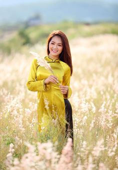 Vietnamese Clothing, Vietnamese Dress, Asian Woman, Asian Girl, Asian Ladies, Vietnamese Traditional Dress, Traditional Dresses, Beauty Women, Women's Beauty