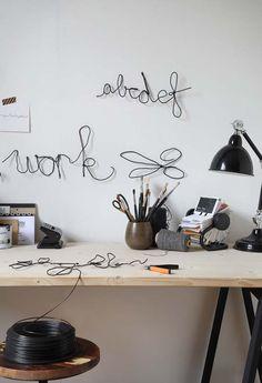 KARWEI | Met deze leuke muurdecoratie boven je bureau kun je moeiteloos elke dag de draad weer oppakken. #karwei #diy #wooninspiratie