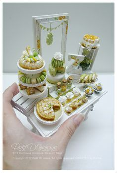 The most adorable dessert table ever!! made by Pui Yie  [J'adore le petit macarons - MS]