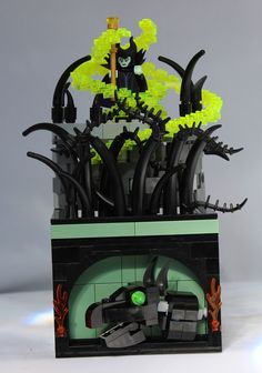 Maleficent brings up a forest of thorns! Working on building small vignettes for the Disney CMFs. Lego Pictures, Brick In The Wall, Lego Castle, Lego Worlds, Briar Rose, Cool Lego Creations, Lego Projects, Lego Disney, Lego Stuff