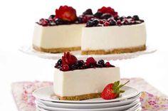 Receta | Cheesecake de Frutos rojos  Base: Verter 50g de manteca derretida sobre 100g de galletitas trituradas (a elección), formando una pasta, y disponer sobre la base de un molde de...